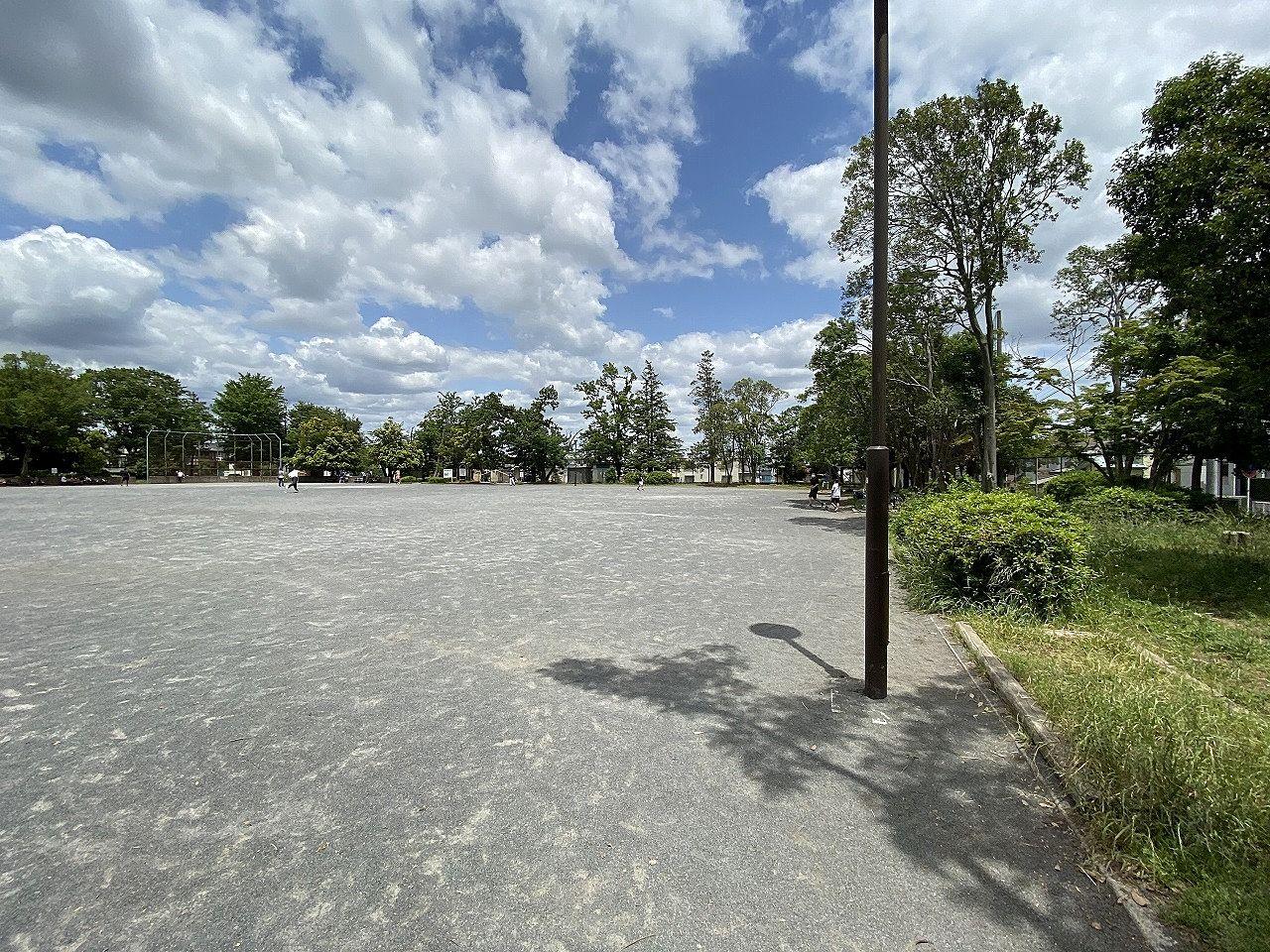 横浜市青葉区のあざみ野西公園の様子です。コロナ減少傾向なので、子供たちがグランドで活発に遊んでました。