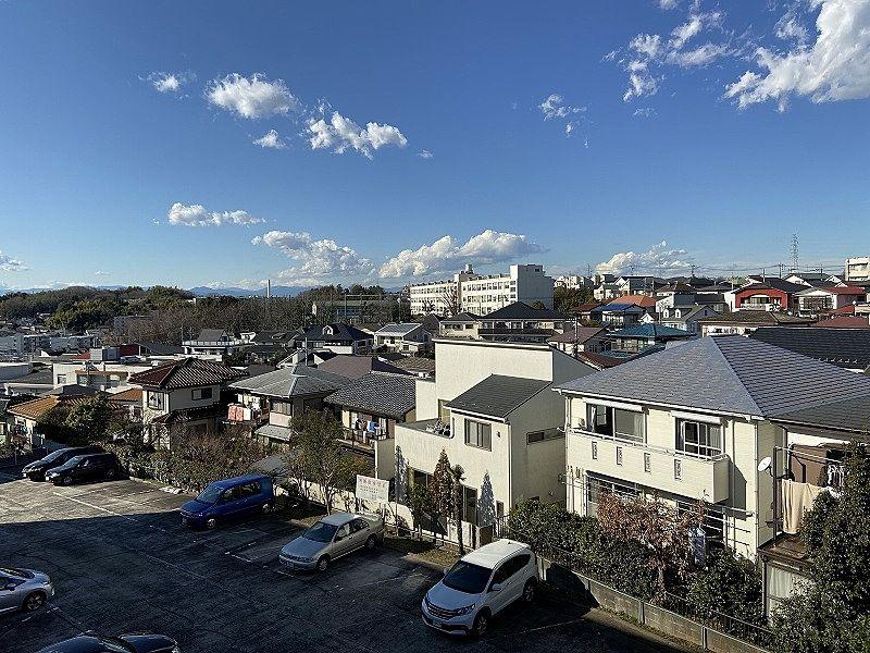 井上マンションの階段からの美しが丘4丁目、美しが丘西方向の眺望です。中央に見えるのは元石川小学校です。