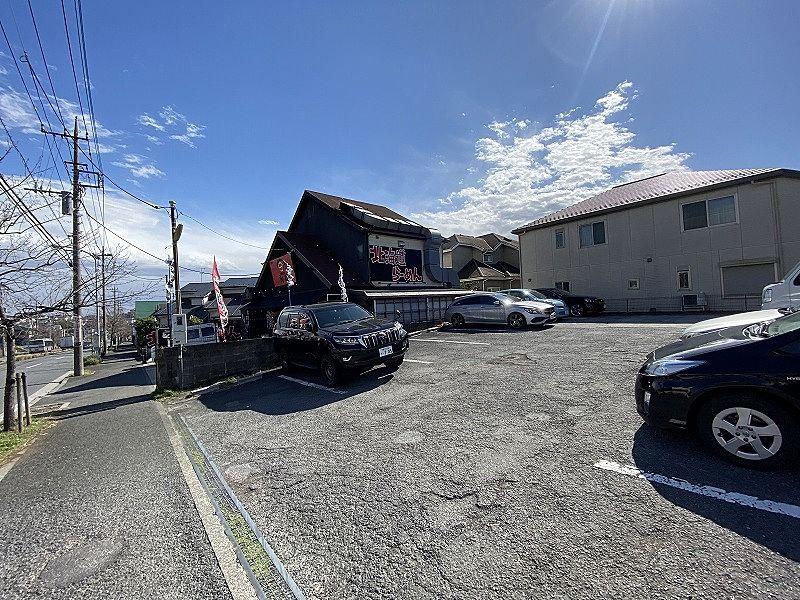 横浜市青葉区美しが丘西1-9-15のラーメン屋「初代」の道路から入りやすい駐車場です。駐車台数も余裕があります。
