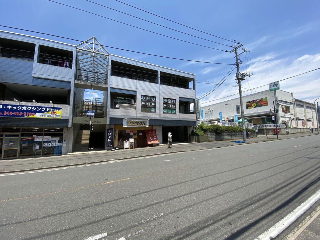 青葉台駅から「桜台」の交差点からユーコープ:桜台( 生活協同組合ユーコープ)方向の様子です。