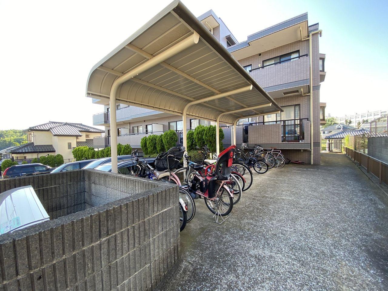 横浜市青葉区美しが丘4-22-5・「アドバンスヴィラ」・屋根付き駐輪場の様子