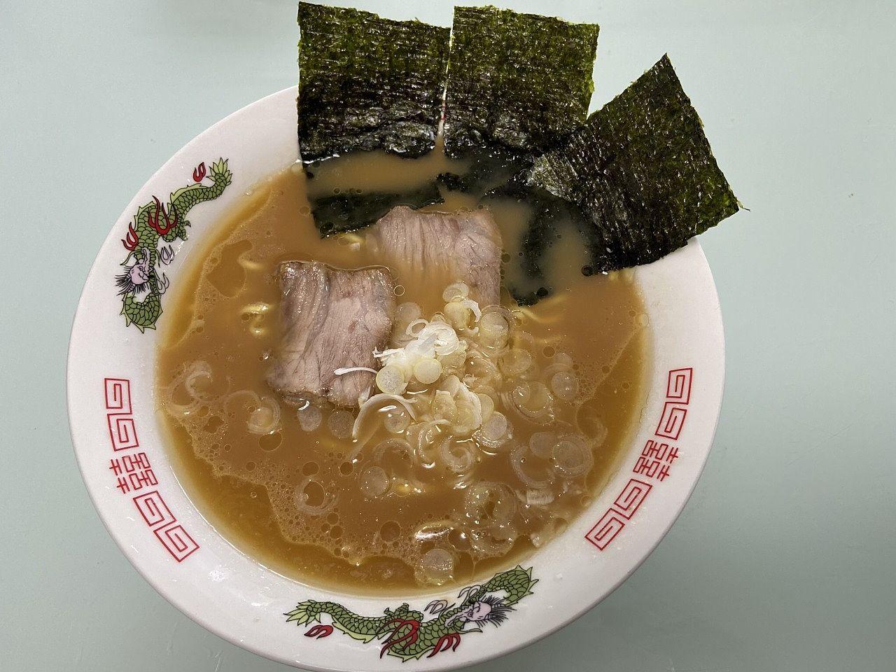 豚骨醤油味の横浜「家系」ラーメンの濃厚ゲンコツダシをベースにして「老舗」の味を再現した「六角家」の袋麺です。