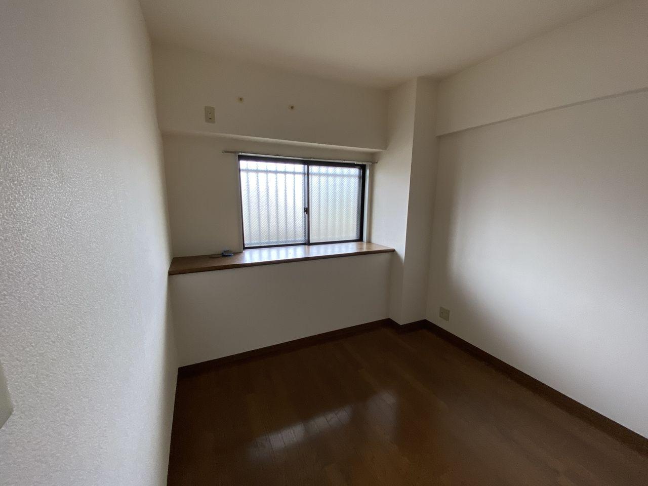 EV付たまプラーザ駅2分のマンションの第5正美ビルの玄関横洋室の窓方向