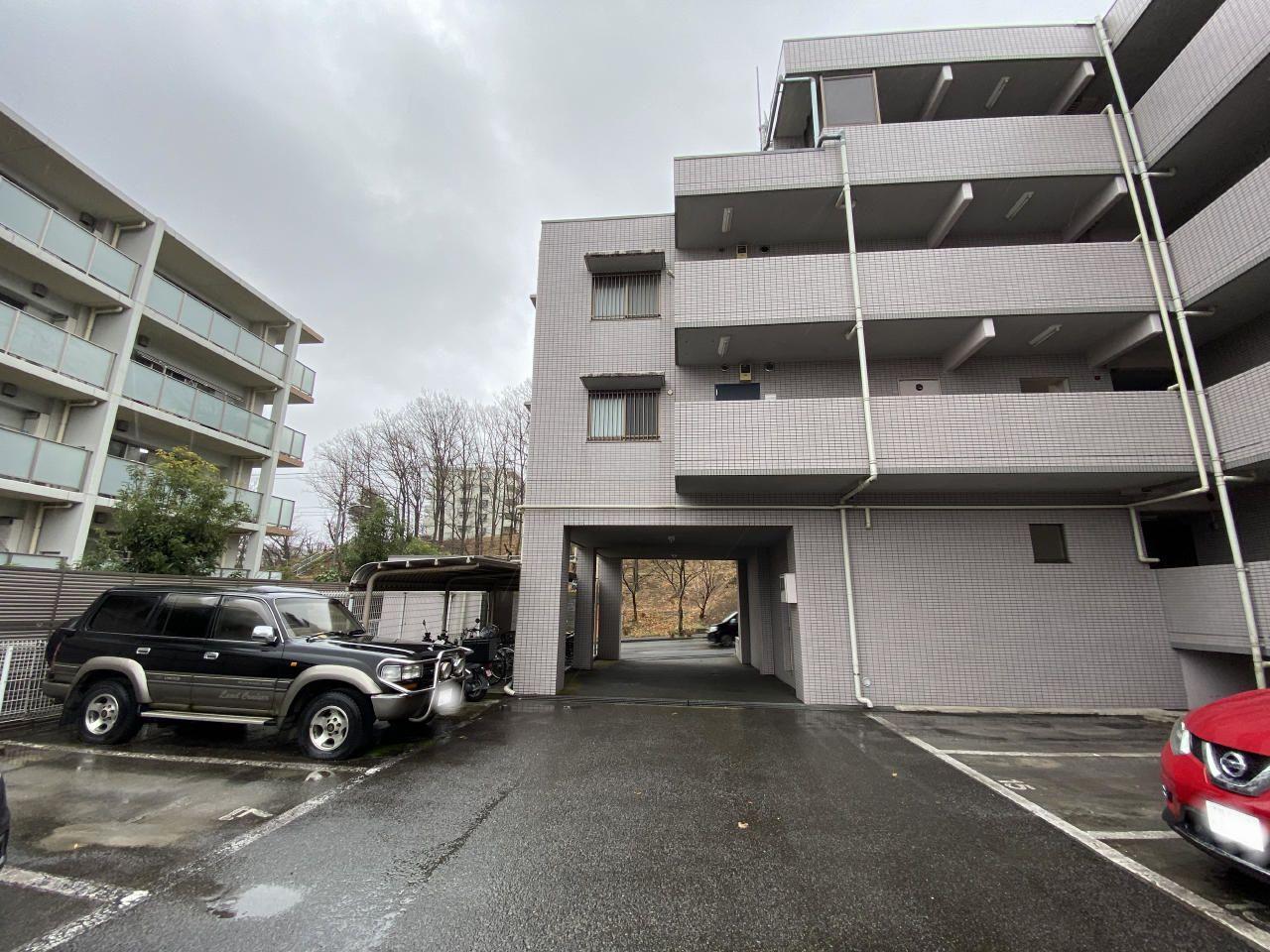90㎡超えの大型賃貸マンション・ポルテールあざみ野の敷地内の様子です。