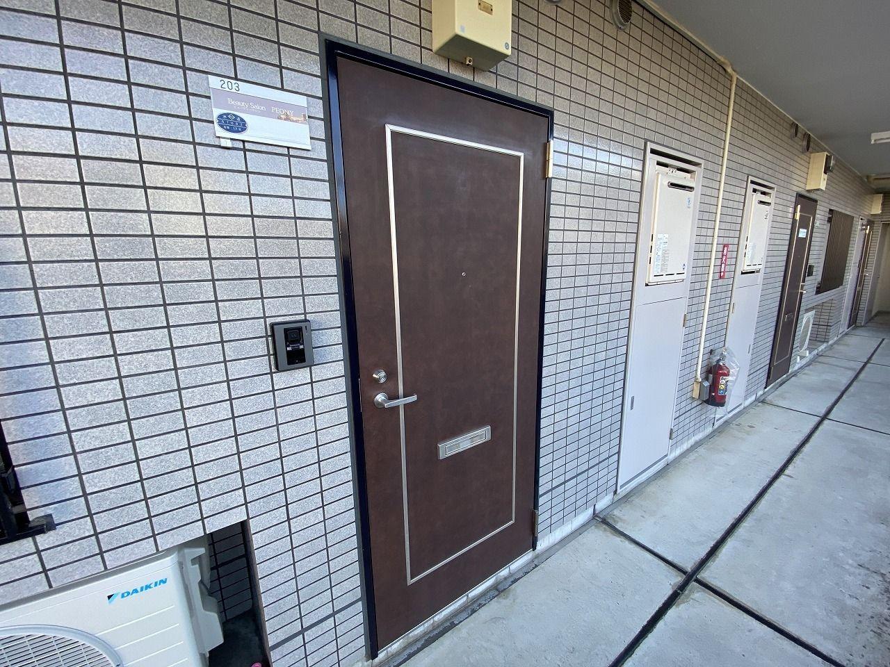 (この記事のブログ№8756)ピオニーさんはエントランス以外にも駐車場方向からも入店できます。